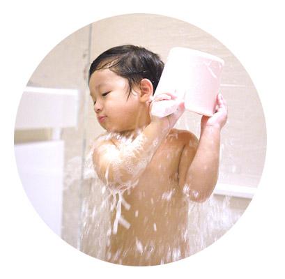 從頭洗到腳,一瓶OK!溫和保濕的洗劑,無需添加矽靈、陽離子界面活性劑增加滑潤度,可同時洗髮及沐浴。
